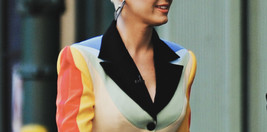 katy-perry-con-blazer-de-colores
